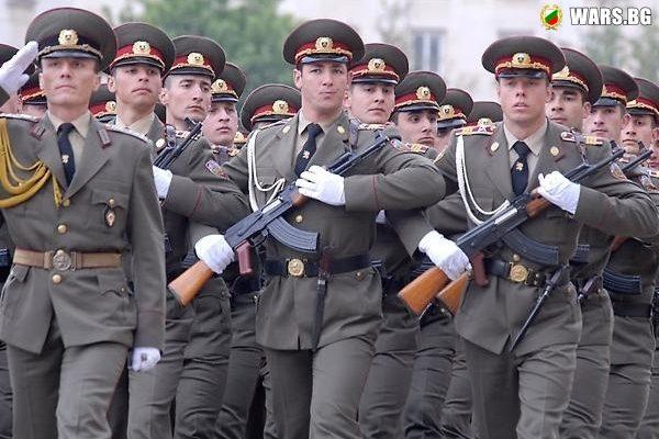 """Армията е """"на ръба"""" финансово и кадрово"""