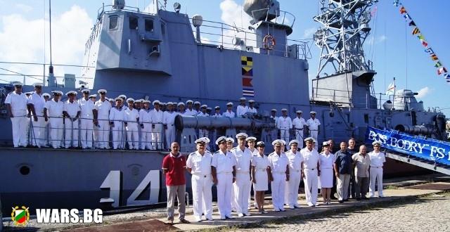 Военноморските сили търсят 70 матроси