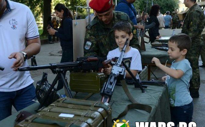 Деца с картечници и жени с гранатомети в центъра на столицата