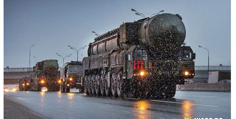 """Когато руснаците закъсняват за работа заради """"Ярс"""": Ракетни системи влязоха в московския трафик"""