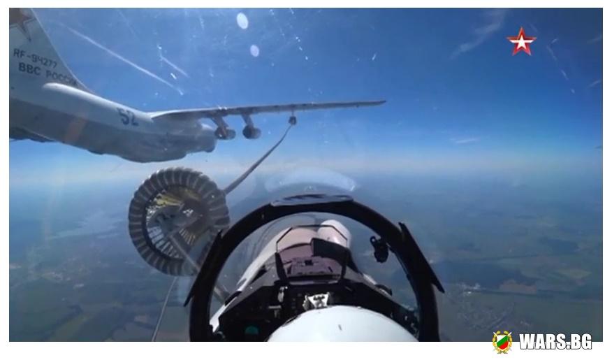 """ВИДЕО: Вижте кадри от дозареждането на най-новите руски изтребители Су-35С и Су-30СМ във въздухаЕлементът от полета е изпълнен при скорост от около 600 км/ч на разстояние по-малко от 20 метра между въздушния танкер Ил-78 и самолетите. Най-сложният елемент от летателната подготовка е изпълнен в състав от изтребители Су-35С и Су-30СМ на височина 5-6000 км над Липецк, съобщава ТВ """"Звезда"""", като се позовава на руското военно министерство.   От ведомството отбелязват, че полетите са преминали на базата на Липецкия авиоцентър. Дозареждането във въздуха се осъществява при скорост от около 600 км/ч на разстояние по-малко от 20 м между въздушния танкер Ил-78 и изтребителите.  Дозареждането във въздуха е важен елемент от подготовката на летците от изтребителната и бомбардироваческата авиация, който позволява да се увеличи радиуса на бойно действие за изпълнение на задачи на отдалечено от мястото на базиране на самолетите, отбелязва life.ru."""