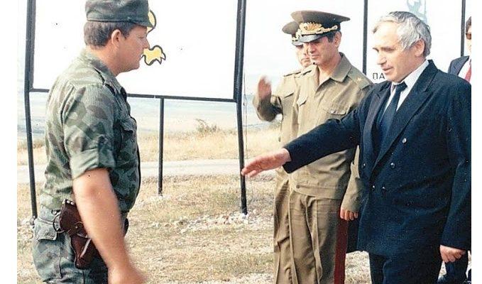 Български офицер отказва да подаде ръка на политик, дошъл да закрие поделението му ...